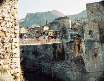 De bekende brug in Mostar (1996). Foto: Ruud van Riel
