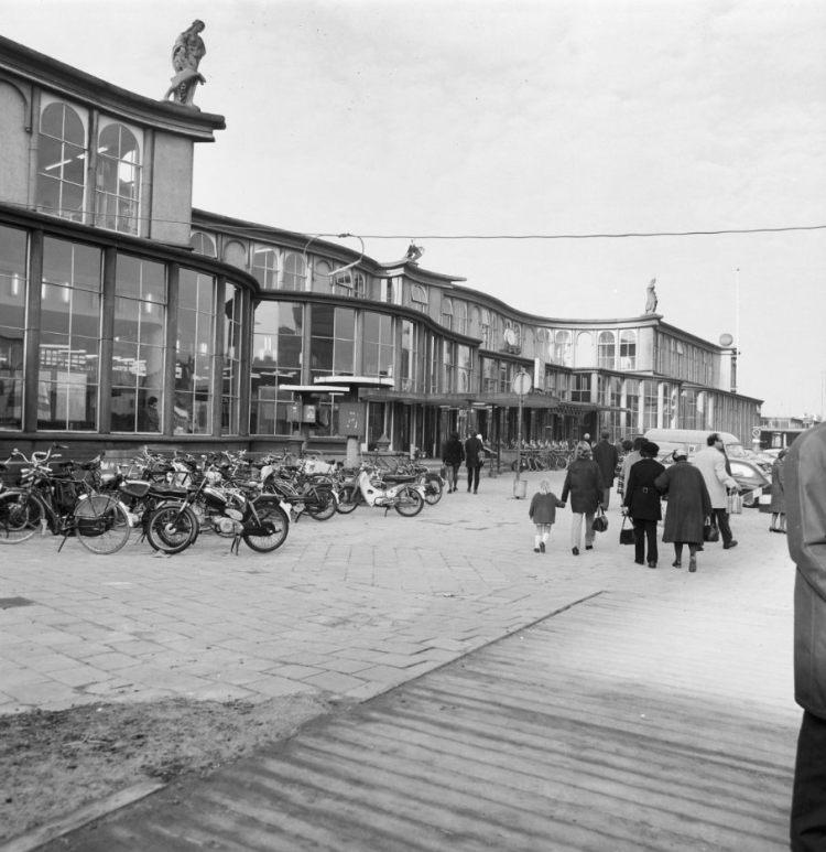 Voorgevel van het oude gebouw van het Utrechtse Centraal Station in 1973, kort voor de sloop. (cc - RCE)