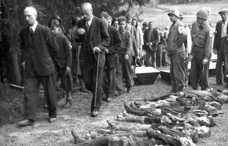 Sudeten-Duitse burgers uit Volary worden door Amerikaanse soldaten gedwongen om langs de lijken van 30 tijdens een dodenmars uitgehongerde Joodse vrouwen te lopen, zodat ze het niet kunnen ontkennen (11 mei 1945).