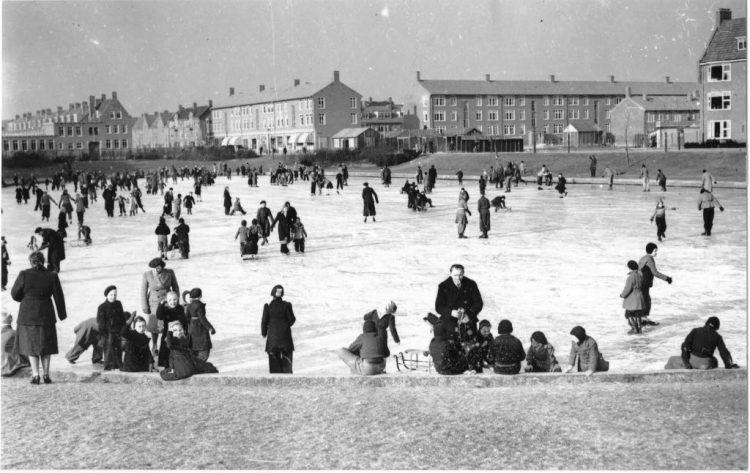 Schaatsen op de Floresvijver, januari 1950. (c) Fotobedrijf Piet Boonstra, Collectie RHC Groninger Archieven.