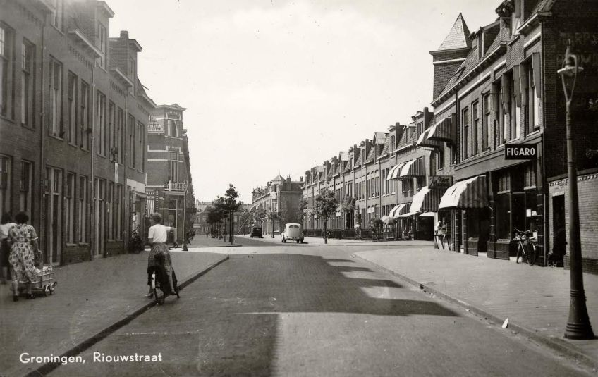 Riouwstraat in westelijke richting, circa 1945-1955. (c) Ansichtkaart, Collectie RHC Groninger Archieven.
