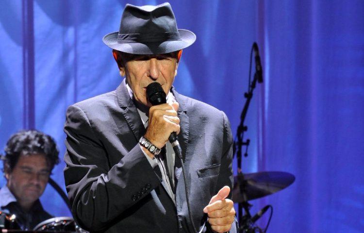 Leonard Cohen tijdens een optreden in Denemarken, 2013 (cc - Takahiro Kyono)