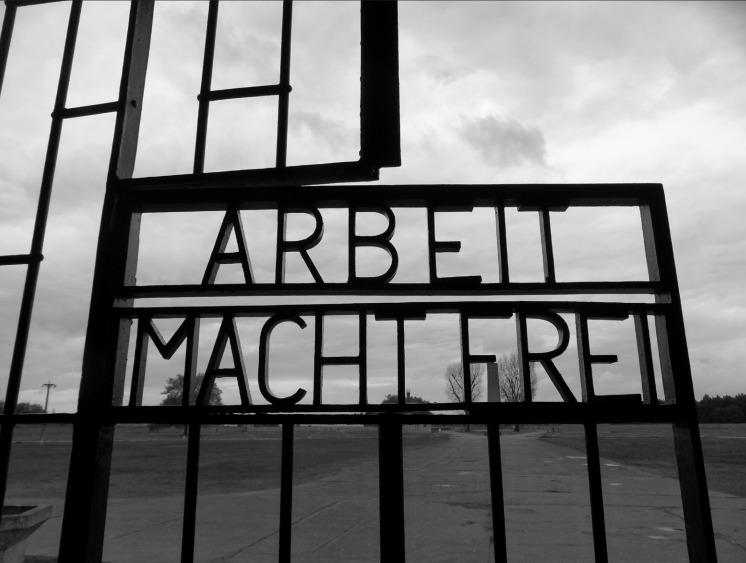 De spreuk 'Arbeit macht Frei' (arbeid bevrijdt) op de poort van concentratiekamp Sachsenhausen. (foto: Coen Prenger)