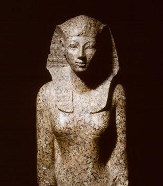 Koningin Hasjepoet regeerde 22 jaar, langer dan enige andere vrouwelijke koning in het oude Egypte. Later werd (gelukkig niet) alles wat aan haar herinnerde vernietigd.