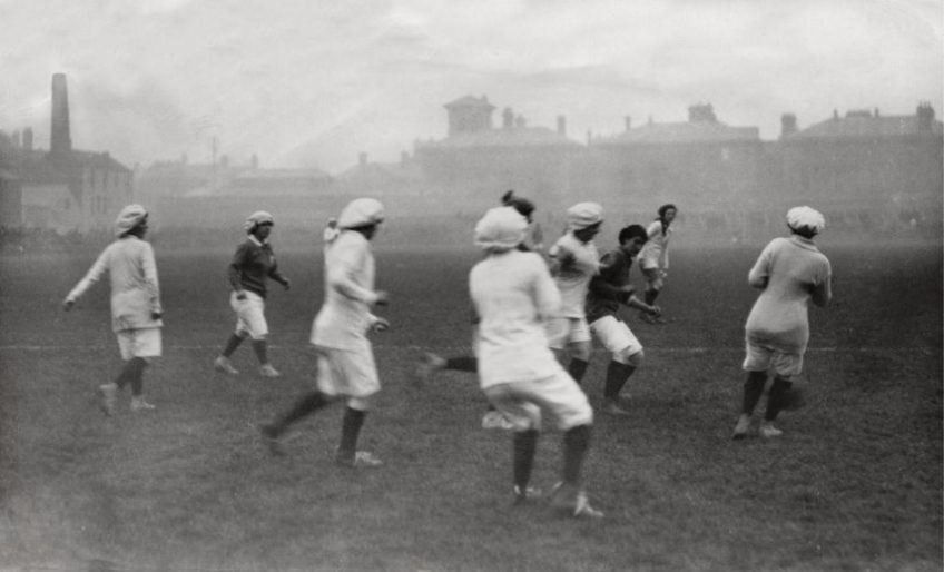 Damesvoetbal in Portsmouth, Engeland, 1917. Tenue: heuplange truien, kniekousen en baretten.