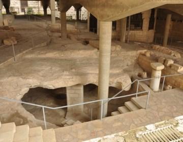 Jezus' Aramese achtergrond in Galilea valt nauwelijks te illustreren, maar in zijn geboorteplaats Nazaret zijn de sporen gevonden van grotwoningen en van wat vermoedelijk synagoge is geweest. Christelijke graffiti uit de Oudheid suggereren dat de plek destijds werd erkend als een van de locaties uit Jezus' leven.