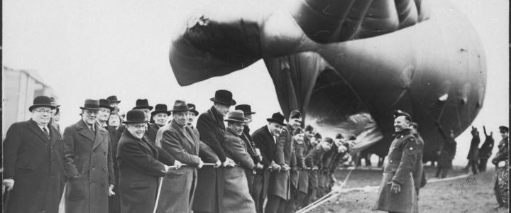 Air Minister Sir Kingsley Wooden parlementsleden laten een sperballon op bij het Kidbrooke Balloon Centre in 1939 (bron: NIOD Beeldbank WO2)