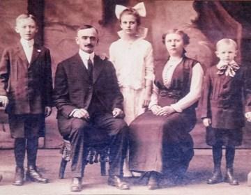 Het gezin van Frederick Trump in 1918, kort voordat hij overleed.