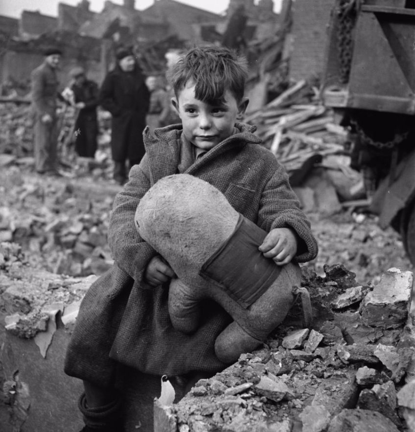 Londens jongetje dat het slachtoffer werd van een V-aanval op Londen in 1945