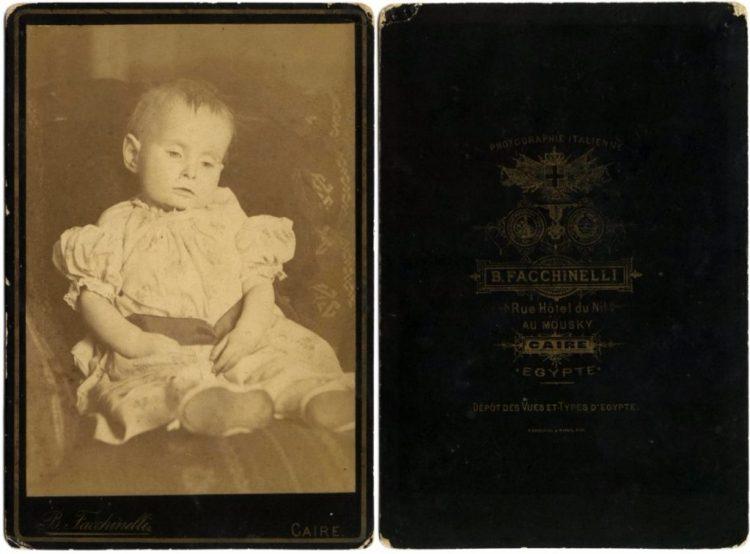 Postmortale foto van een overleden baby (19e eeuw)