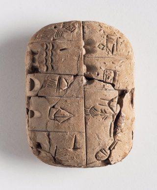 Deze 6 cm grote ruim 5000 jaar oude kleitafel, met inscripties over voedsel, werd gevonden in Zuid-Mesopotamië, het huidige Irak. © Kunst- und Ausstellungshalle der Bundesrepublik Deutschland GmbH