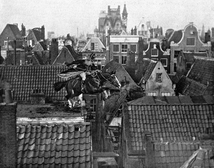 Sinterklaas springt met zijn paard over de daken van Amsterdam, december 1916. Omdat zijn stoomboot door de Engelsen is aangehouden, de zakken met pepernoten door hen in beslag zijn genomen en Piet is aangehouden omdat hij zich niet voldoende als Nederlander kon identificeren, staat de Goedheiligman er in dit Eerste Wereldoorlogsjaar alleen voor. Hij moet zich extra haasten om de kinderen van Nederland op tijd van de overgebleven geschenken te voorzien. Voorplaat (gerasterd origineel en fotomontage) van het tijdschrift Het Leven, 5 december 1916.