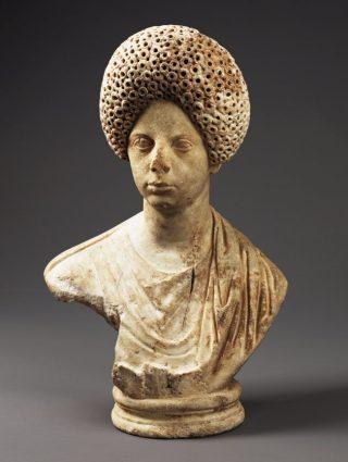 Jonge vrouw met een hoog krullend kapsel. Marmer, eind 1ste eeuw n.Chr. APM 17.670