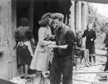 Een bebloede groep mensen na een V-aanval op Antwerpen - (c) Koen Palinckx