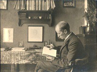 Sjoerd H. de Roos in zijn huis in de Jacob Marisstraat, Amsterdam, rond 1910