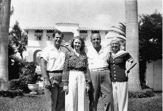 Het gelukkige gezin Capone in hun tuin op Palm Island, 1939. (Diane Capone, collectie familie Capone)