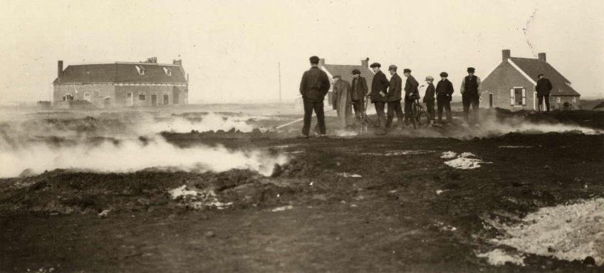 Veenbrand bij Emmen rond 1920. Zo'n sluipende, smeulende brand onder het aardoppervlak was bijna niet te blussen en kon maanden aanhouden.