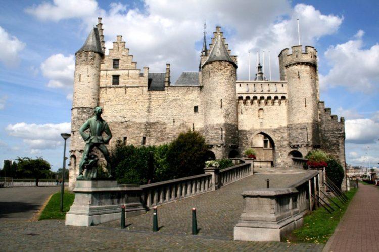 Het Steen, deel van een voormalige ringwalburg aan de rechter Schelde-oever in Antwerpen. - cc