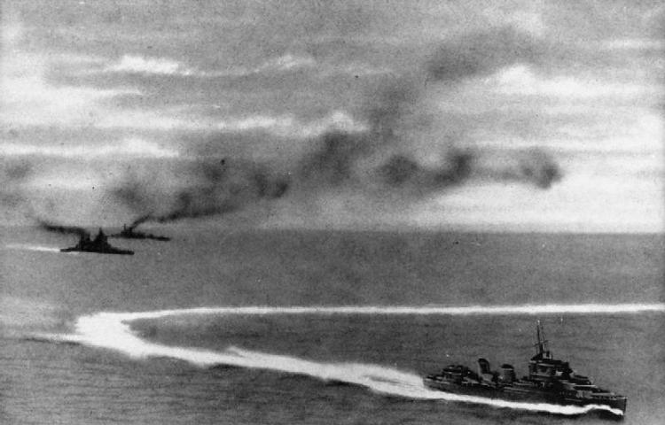 Britse schepen na een aanval door Japanse vliegtuigen