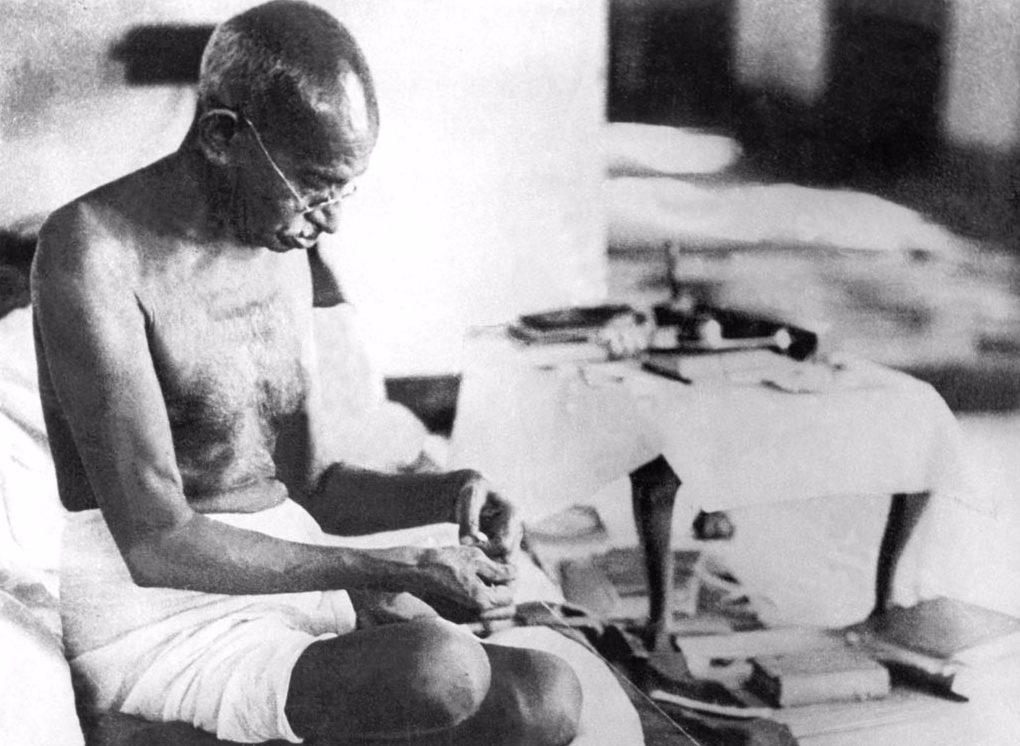 Gandhi aan het spinnen in Bombay, augustus 1942