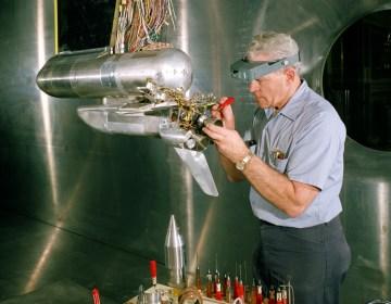 NASA-medewerker met een model van de Space Shuttle