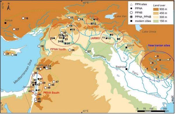 """Een recent overzicht van de Neolithische Revolutie. In de eeuwen tussen 10.000 en 7800 v.Chr. (het Pre-Pottery Neolithic A en B) werd op vijf plekken tegelijk de landbouw ontdekt. Uit: S. Riehl e.a., """"Emergence of Agriculture in the Foothills of the Zagros Mountains of Iran"""", in Science, Vol. 341 (2013), Issue 6141, pp. 65-67."""