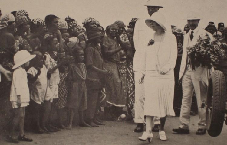 Koning Albert I en koningin Elisabeth bezoeken het militaire kamp van Leopoldstad tijdens hun reis door Belgisch-Congo, 1928