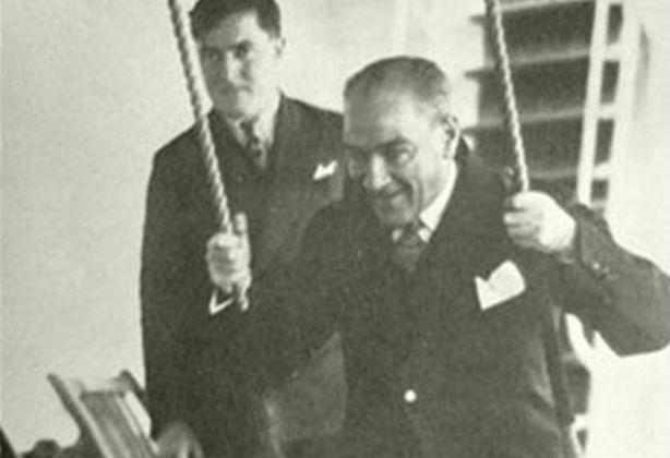 Atatürk op een schommel