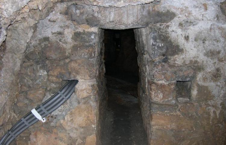 Ingang van Eupalinos Tunnel op Samos - cc