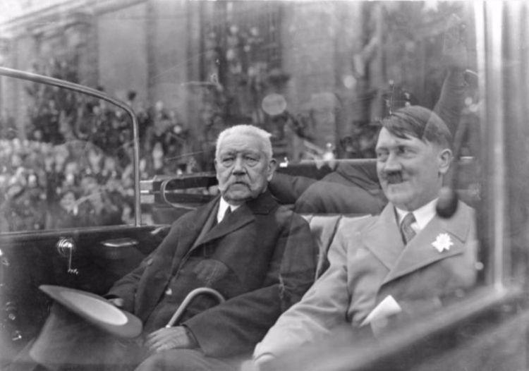 Rijkskanselier Hitler met rijkspresident von Hindenburg, 1 mei 1933. Bundesarchiv, Bild 102-14569 / CC BY-SA 3.0