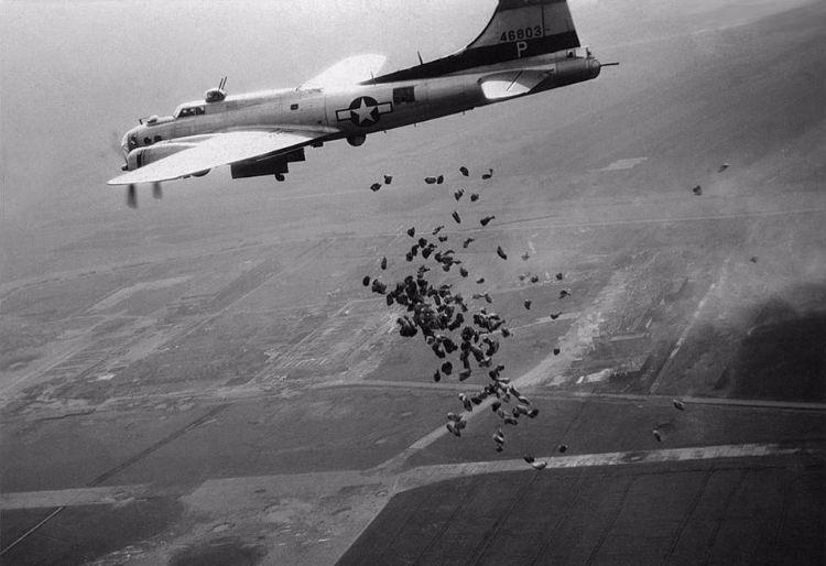 Een Amerikaanse bommenwerper dropt voedsel boven Schiphol - cc