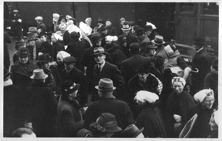 Scheveningse evacués arriveren op het station in Aalten in 1943. (Aaltense Musea)