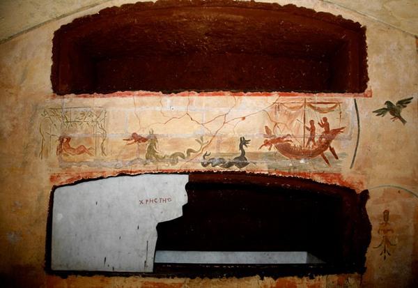 Het verhaal van de profeet Jona: rechts in zee geworpen, middenin verzwolgen door een zeemonster, links wachtend op de vernietiging van Nineveh. Het inmiddels kleurloze origineel is in de (laat-tweede-eeuwse) Callixtus-catacomben in Rome en dit is de Valkenburgse kopie.