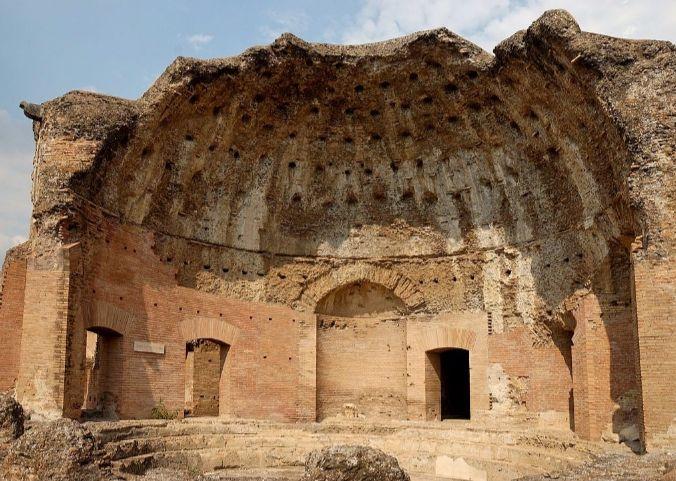 Thermae met Heliocaminus in de Villa Hadriana in Tivoli - cc