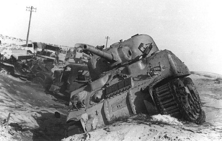 Beschadigde Egyptische tank tijdens de Suez Crisis