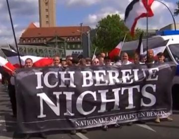 Duitse neo-nazi's staan stil bij dood Rudolf Hess (Still YouTube)