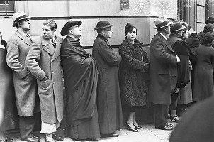 In de rij voor het stemlokaaal in 1936