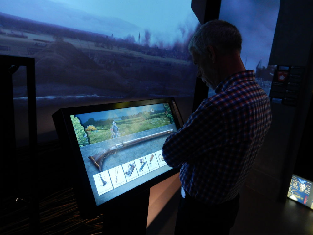 Bezoeker bij een display in één van de kamers van de Canon-presentatie