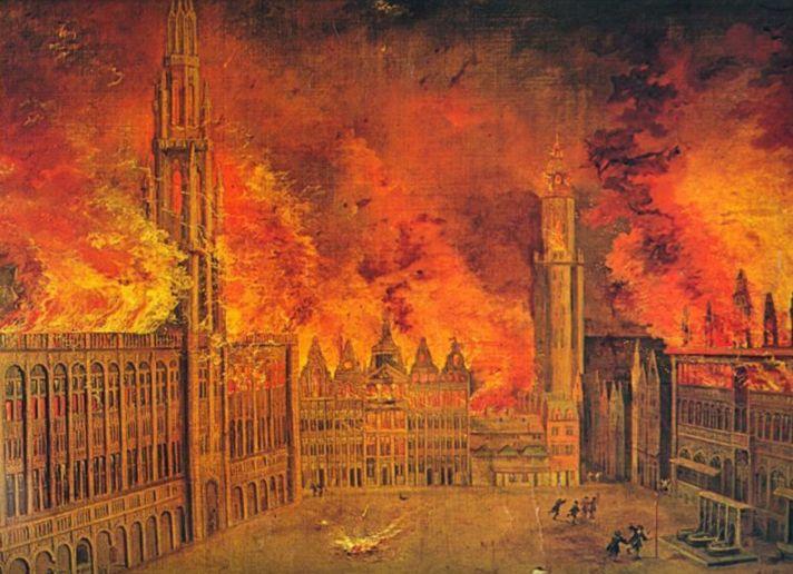 In brand geschoten Grote Markt (links het Stadhuis, rechts het Belfort, uiterst rechts het Broodhuis)