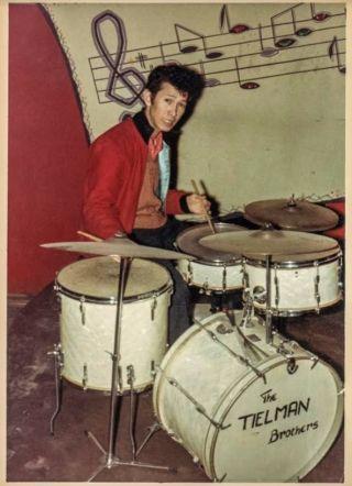 Loulou Tielman in vrijetijdskleding achter de drums in bar-dancing Westhof, Heidelberg, Duitsland, ca. 1960. (Foto uit collectie Leon Donnars.)