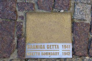 Met steentjes wordt de buitenste grens van het getto aangegeven.