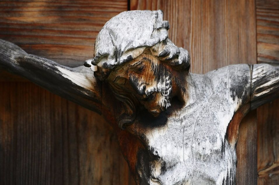Het kruis met de lijdende Jezus werd pas rond het jaar 1000 object van verering (cc - Pixabay - stux)