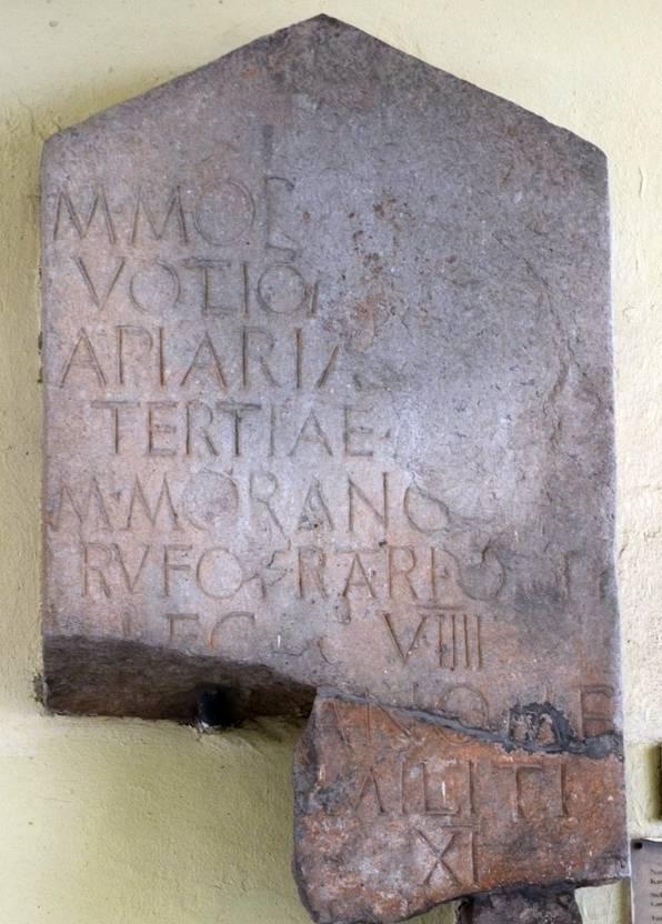 Grafsteen van Moranus, soldaat van het Negende Legioen Hispana (vierde regel van onder; ingemetseld in de stadspoort van Motovun)