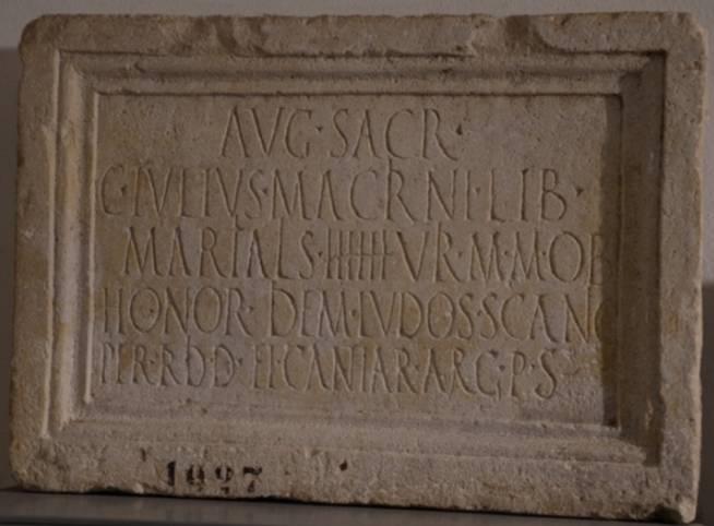 """Deze inscriptie uit Narona vermeldt een vrijgelaten slaaf die blijkens het nummer middenin lid was van een """"college van zes"""" (Museum van Vid)."""