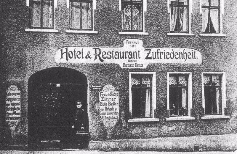 Gasthof Zufriedenheit (sinds 1853), tijdens de DDR o.a. jeugdhonk van de partijorganisatie FDJ en zelfs poppentheater, is recent in oude luister hersteld, maar duurder dan 1 mark per bed.