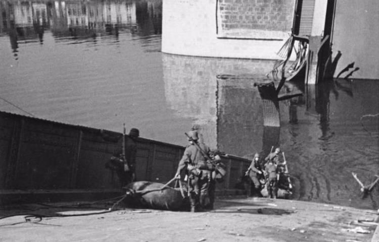 Mei 1940 - Door Nederlanders opgeblazen brug bij Maastricht (cc - Bundesarchiv)