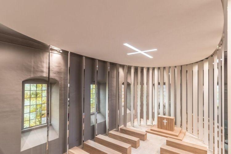 Langs de wanden van de Porzellankirche hangen van plafond tot vloer 'lamellen' van porselein.