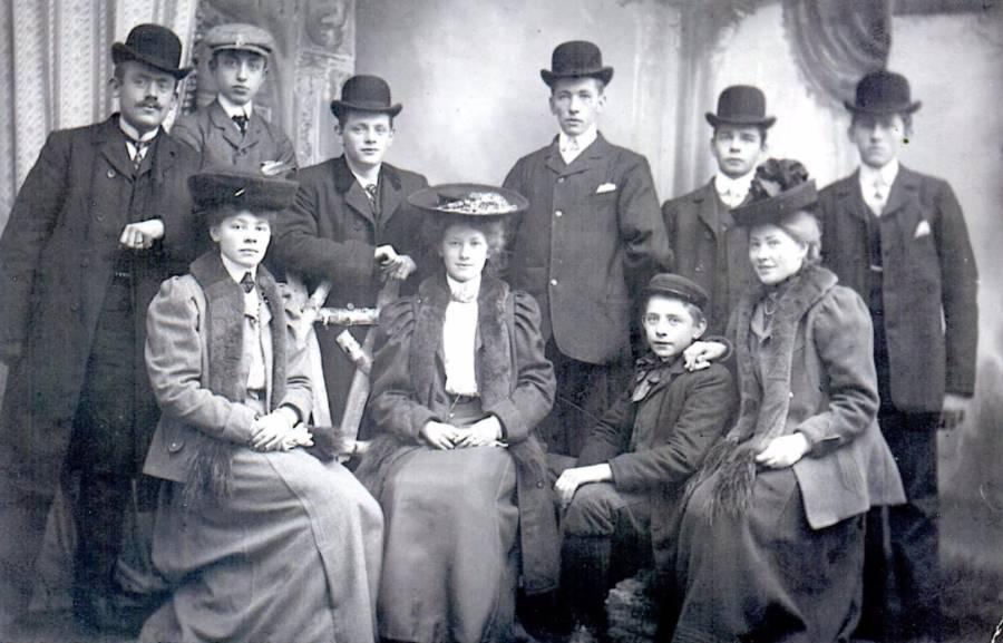 De familie De Gans, 1906. Zittend vlnr Cornelia en Lena de Gans, Hendrik Hop, Jansje de Gans. Staand Hendrik Van Elst (verloofde van Cornelia) en zijn broer Jacob, Willem Scheepmaker, Kees de Gans, Rijkert Hop en Leendert de Gans.