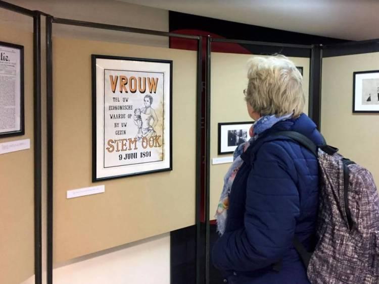 Bezoeker van het AHM in de Bibliotheek Utrecht (Foto Arjan den Boer)