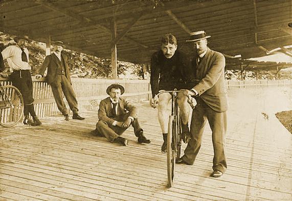 Jaap Eden op de fiets (wiki - Gerbrand Hoffmann)